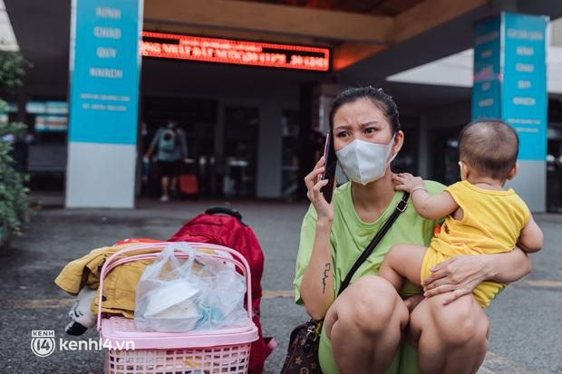 Chuyến tàu đầu tiên ở Sài Gòn chạy lại sau dịch, người dân phấn khởi khi được trở về nhà: Đường về còn xa nhưng đặt chân được lên tàu là vui lắm rồi! - Ảnh 10.