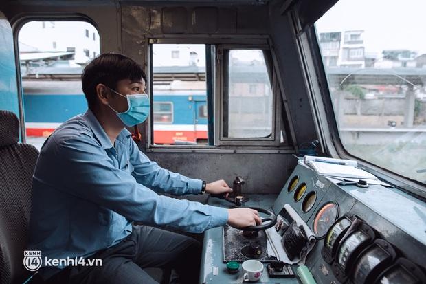 Chuyến tàu đầu tiên ở Sài Gòn chạy lại sau dịch, người dân phấn khởi khi được trở về nhà: Đường về còn xa nhưng đặt chân được lên tàu là vui lắm rồi! - Ảnh 9.