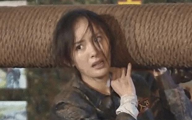 Dương Mịch từng bị 3 người đàn ông nhấn đầu xuống nước thô bạo trước hàng triệu khán giả truyền hình - Ảnh 3.