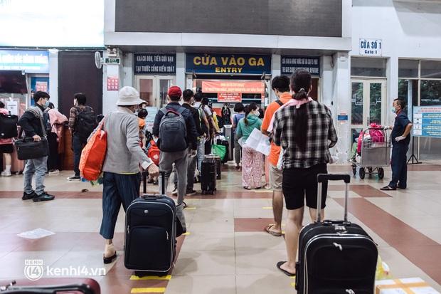 Chuyến tàu đầu tiên ở Sài Gòn chạy lại sau dịch, người dân phấn khởi khi được trở về nhà: Đường về còn xa nhưng đặt chân được lên tàu là vui lắm rồi! - Ảnh 4.
