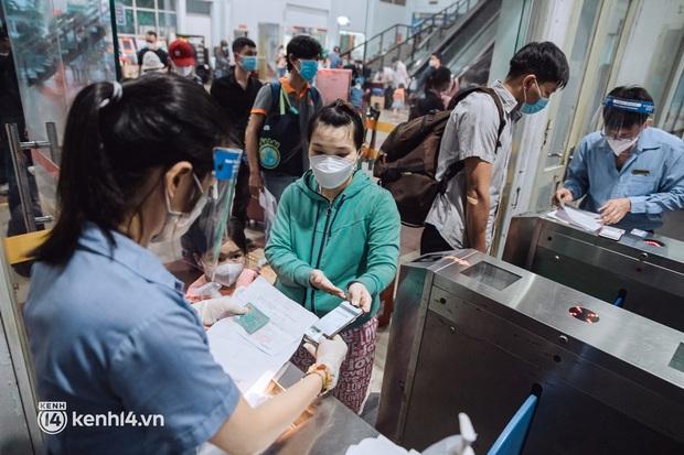 Chuyến tàu đầu tiên ở Sài Gòn chạy lại sau dịch, người dân phấn khởi khi được trở về nhà: Đường về còn xa nhưng đặt chân được lên tàu là vui lắm rồi! - Ảnh 2.