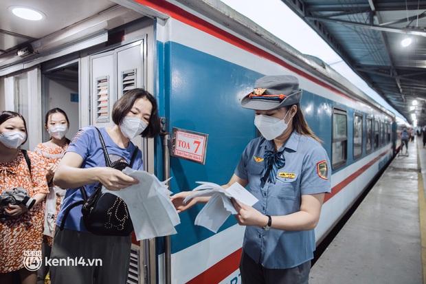 Chuyến tàu đầu tiên ở Sài Gòn chạy lại sau dịch, người dân phấn khởi khi được trở về nhà: Đường về còn xa nhưng đặt chân được lên tàu là vui lắm rồi! - Ảnh 5.