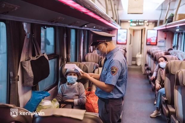 Chuyến tàu đầu tiên ở Sài Gòn chạy lại sau dịch, người dân phấn khởi khi được trở về nhà: Đường về còn xa nhưng đặt chân được lên tàu là vui lắm rồi! - Ảnh 6.