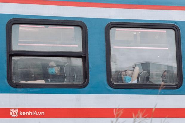 Chuyến tàu đầu tiên ở Sài Gòn chạy lại sau dịch, người dân phấn khởi khi được trở về nhà: Đường về còn xa nhưng đặt chân được lên tàu là vui lắm rồi! - Ảnh 14.