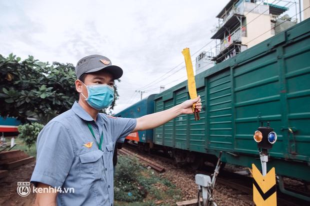 Chuyến tàu đầu tiên ở Sài Gòn chạy lại sau dịch, người dân phấn khởi khi được trở về nhà: Đường về còn xa nhưng đặt chân được lên tàu là vui lắm rồi! - Ảnh 13.