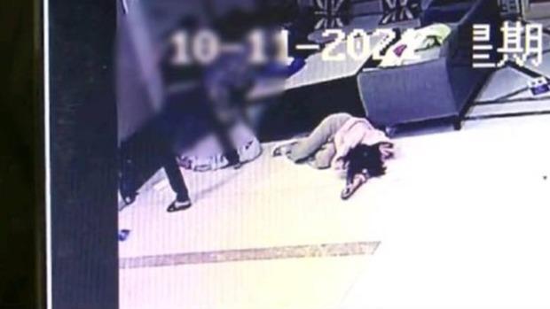 Biết bạn gái ngoại tình, thanh niên xăm trổ tới khách sạn đập nát Mercedes cô này đi mượn và đánh trọng thương 2 nhân viên - Ảnh 2.