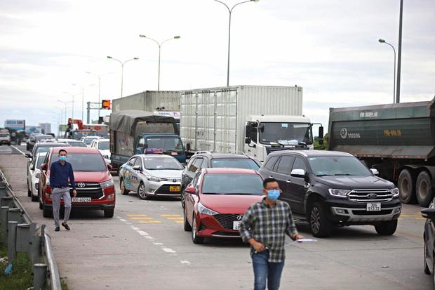 Tạm dừng Chỉ thị 15, 16 toàn quốc, tại sao Hà Nội vẫn duy trì 22 chốt kiểm soát cửa ngõ gây khó khăn cho người dân? - Ảnh 1.