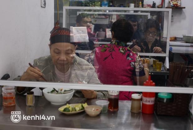 Từ sáng sớm, người dân Hà Nội phấn khởi rủ nhau đi ăn sáng: Cả tạ phở hết vèo trong vài tiếng! - Ảnh 15.