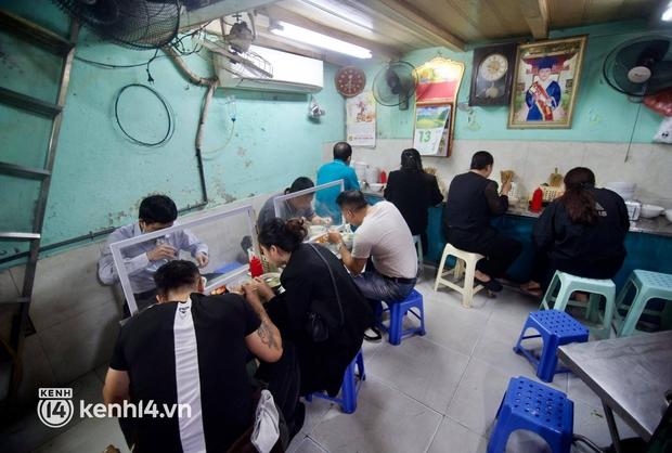 Cập nhật: Người dân Hà Nội phấn khởi ăn phở tại cửa hàng - Ảnh 6.