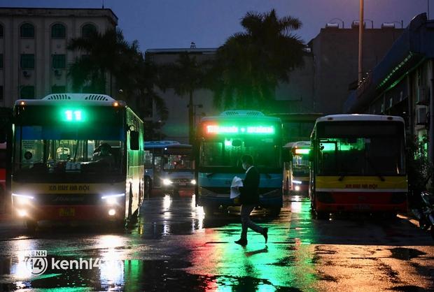 Xe buýt, taxi hối hả chuẩn bị cho ngày đầu được hoạt động, đón khách trở lại - Ảnh 2.