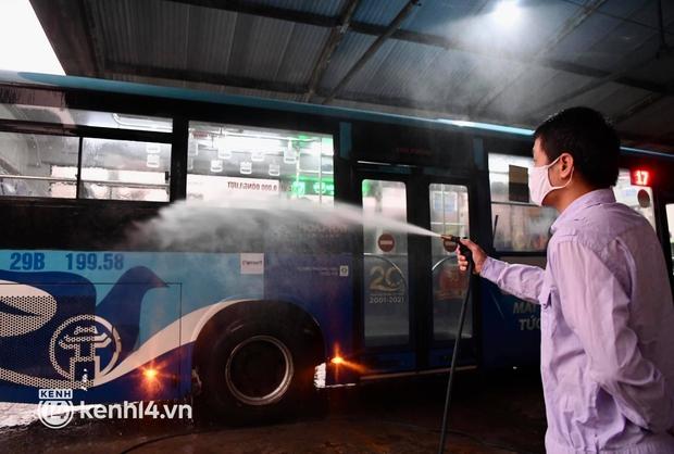 Xe buýt, taxi hối hả chuẩn bị cho ngày đầu được hoạt động, đón khách trở lại - Ảnh 7.