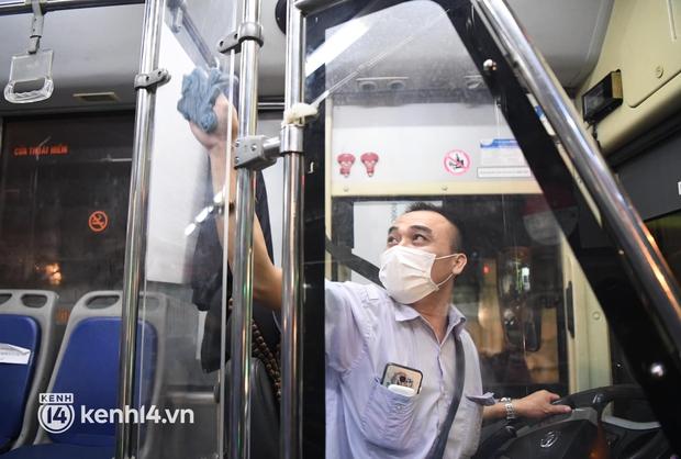 Xe buýt, taxi hối hả chuẩn bị cho ngày đầu được hoạt động, đón khách trở lại - Ảnh 4.