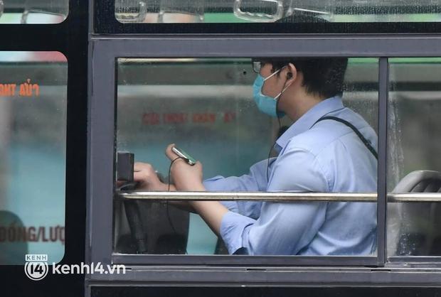 Xe buýt, taxi hối hả chuẩn bị cho ngày đầu được hoạt động, đón khách trở lại - Ảnh 15.
