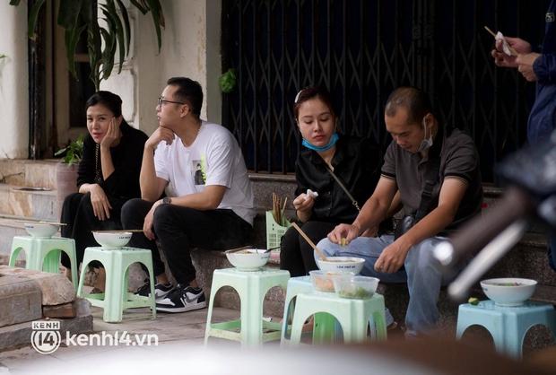 Từ sáng sớm, người dân Hà Nội phấn khởi rủ nhau đi ăn sáng: Cả tạ phở hết vèo trong vài tiếng! - Ảnh 12.