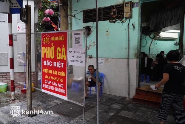 Cập nhật: Người dân Hà Nội phấn khởi ăn phở tại cửa hàng - Ảnh 4.