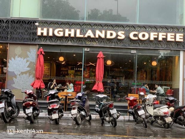 Các khu phố cà phê ở Hà Nội tưng bừng mở lại, ngồi chill ngày mưa xin chấm 10 điểm lãng mạn! - Ảnh 5.