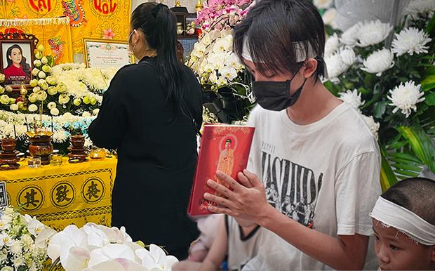 Hồ Văn Cường chỉ mặc 1 chiếc áo trong suốt 10 ngày từ dự lễ cầu siêu, nhận tiền cát-xê đến đi ra ngân hàng - Ảnh 2.