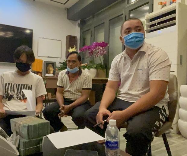 Hồ Văn Cường chỉ mặc 1 chiếc áo trong suốt 10 ngày từ dự lễ cầu siêu, nhận tiền cát-xê đến đi ra ngân hàng - Ảnh 6.