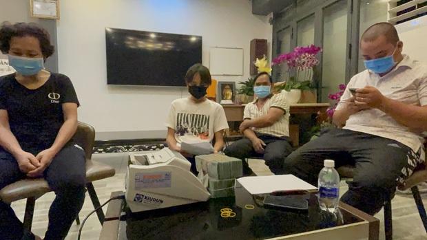 Hồ Văn Cường chỉ mặc 1 chiếc áo trong suốt 10 ngày từ dự lễ cầu siêu, nhận tiền cát-xê đến đi ra ngân hàng - Ảnh 5.