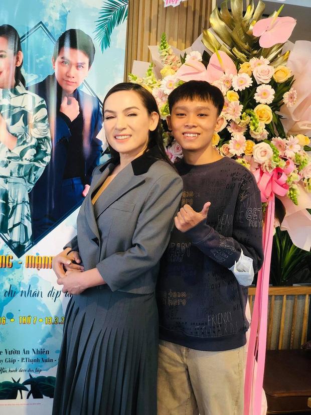 Hồ Văn Cường chỉ mặc 1 chiếc áo trong suốt 10 ngày từ dự lễ cầu siêu, nhận tiền cát-xê đến đi ra ngân hàng - Ảnh 10.