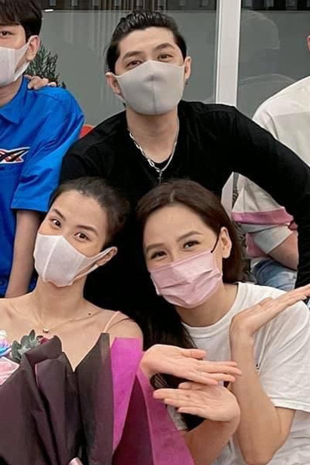 Mai Phương Thuý - Noo Phước Thịnh ngồi dính lấy nhau, còn bị soi bàn tay tình tứ biến Phạm Quỳnh Anh thành bóng đèn - Ảnh 4.