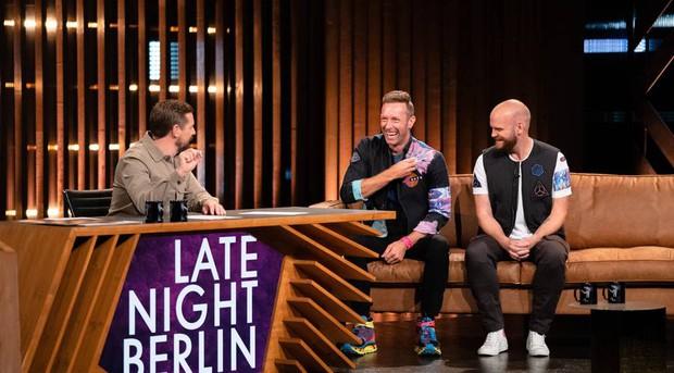 Coldplay cố gắng bảo vệ BTS khi bị MC người Đức mỉa mai, cố tình hạ thấp - Ảnh 2.