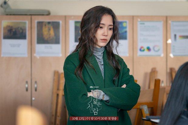 Netizen sốc visual nữ chính Hospital Playlist ở phim mới, thêm vai diễn dị dị xem nổi cả da gà - Ảnh 7.