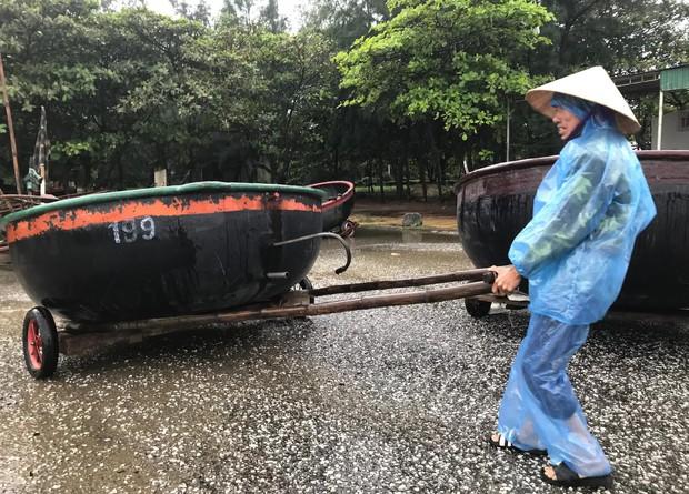 Bão số 8: Sóng cao 5m đang đánh vào bờ biển Nghệ An, hàng trăm khối đất đá sạt lở, đổ xuống quốc lộ - Ảnh 3.
