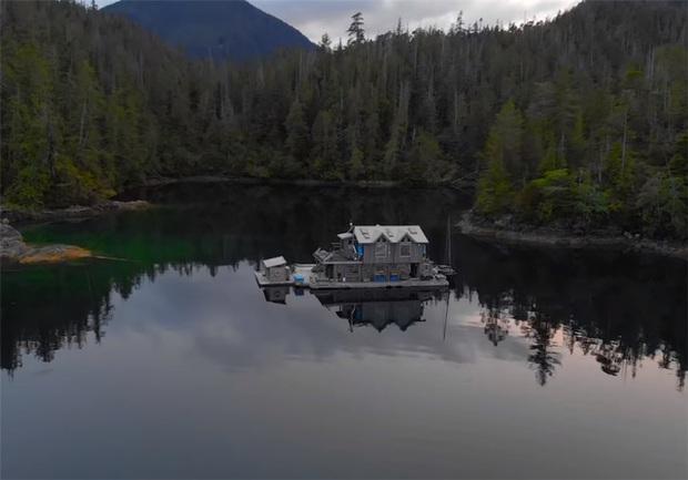 Ông lão mua một căn nhà rộng 70m2 trên mặt nước, sống nhàn nhã một mình hơn 30 năm: Không bị vật chất bó buộc, thế giới tinh thần trở nên phong phú hơn! - Ảnh 2.