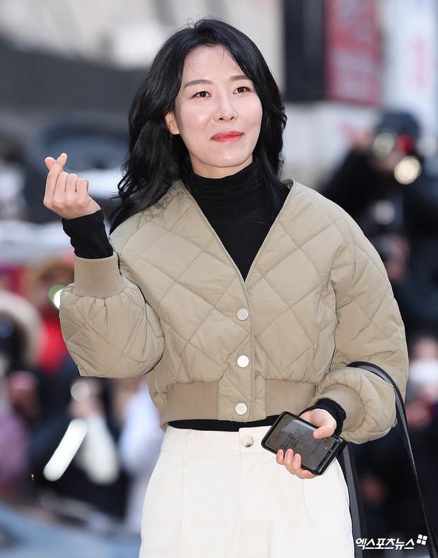 Ngã ngửa với nhan sắc thật của dàn cast Hometown Cha-Cha-Cha: Shin Min Ah lép vế nữ phụ, trùm cuối gây sốc cực mạnh - Ảnh 11.