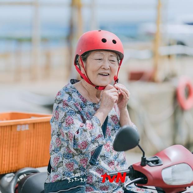 Ngã ngửa với nhan sắc thật của dàn cast Hometown Cha-Cha-Cha: Shin Min Ah lép vế nữ phụ, trùm cuối gây sốc cực mạnh - Ảnh 16.