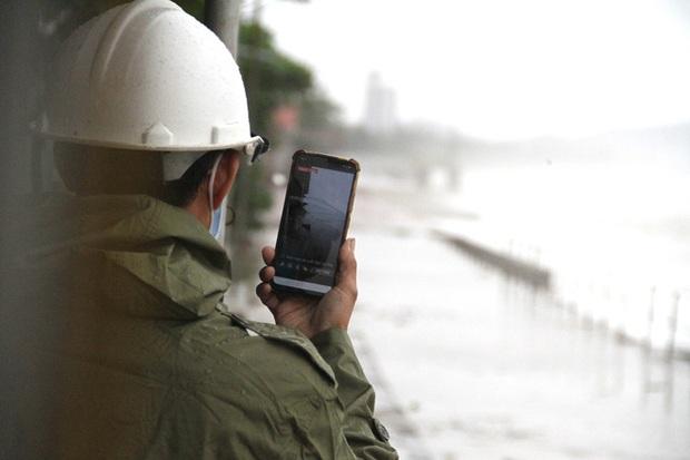 Bão số 8: Sóng cao 5m đang đánh vào bờ biển Nghệ An, hàng trăm khối đất đá sạt lở, đổ xuống quốc lộ - Ảnh 12.