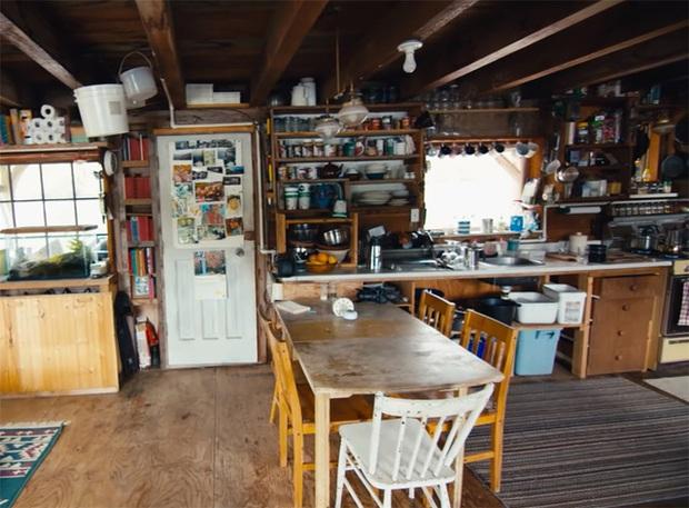 Ông lão mua một căn nhà rộng 70m2 trên mặt nước, sống nhàn nhã một mình hơn 30 năm: Không bị vật chất bó buộc, thế giới tinh thần trở nên phong phú hơn! - Ảnh 15.