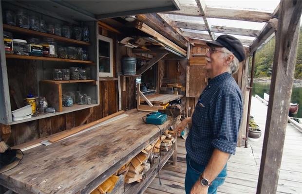 Ông lão mua một căn nhà rộng 70m2 trên mặt nước, sống nhàn nhã một mình hơn 30 năm: Không bị vật chất bó buộc, thế giới tinh thần trở nên phong phú hơn! - Ảnh 33.