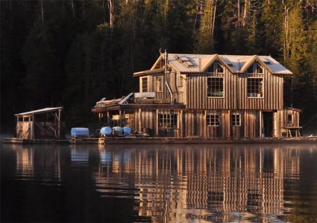 Ông lão mua một căn nhà rộng 70m2 trên mặt nước, sống nhàn nhã một mình hơn 30 năm: Không bị vật chất bó buộc, thế giới tinh thần trở nên phong phú hơn! - Ảnh 5.