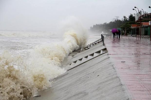 Bão số 8: Sóng cao 5m đang đánh vào bờ biển Nghệ An, hàng trăm khối đất đá sạt lở, đổ xuống quốc lộ - Ảnh 8.