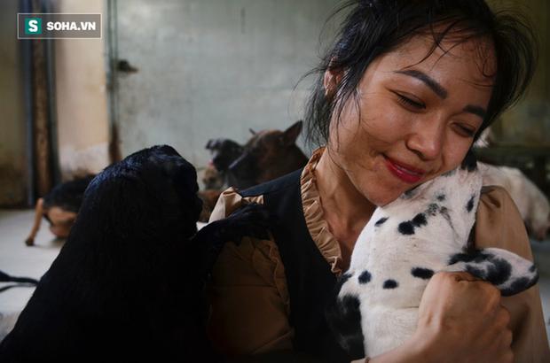 Cặp vợ chồng cưu mang 100 con chó, mèo bị chủ F0 bỏ rơi mùa dịch: Chúng tôi không sinh con để chu toàn cho tụi nhỏ - Ảnh 8.