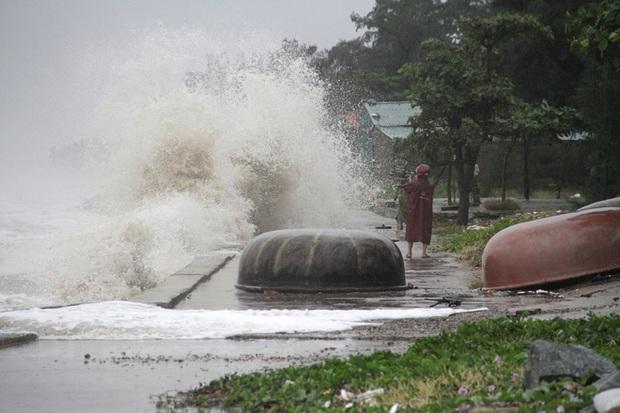 Bão số 8: Sóng cao 5m đang đánh vào bờ biển Nghệ An, hàng trăm khối đất đá sạt lở, đổ xuống quốc lộ - Ảnh 11.