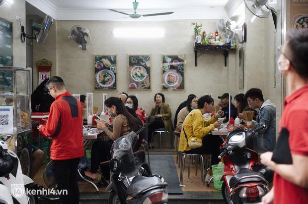 """Cuộc hội ngộ với quán xá lớn nhất năm của người Hà Nội: Nơi tấp nập, nơi vẫn """"đóng cửa then cài"""" khiến khách mừng hụt - Ảnh 2."""