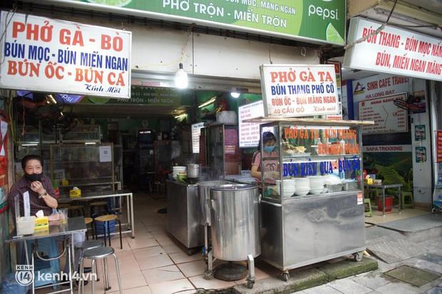 """Cuộc hội ngộ với quán xá lớn nhất năm của người Hà Nội: Nơi tấp nập, nơi vẫn """"đóng cửa then cài"""" khiến khách mừng hụt - Ảnh 4."""
