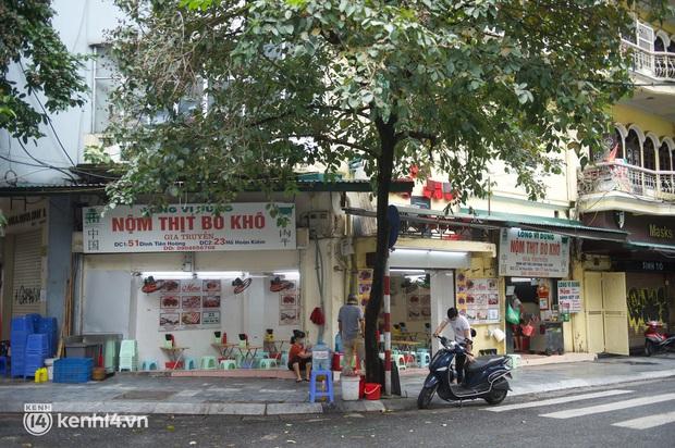 """Cuộc hội ngộ với quán xá lớn nhất năm của người Hà Nội: Nơi tấp nập, nơi vẫn """"đóng cửa then cài"""" khiến khách mừng hụt - Ảnh 6."""