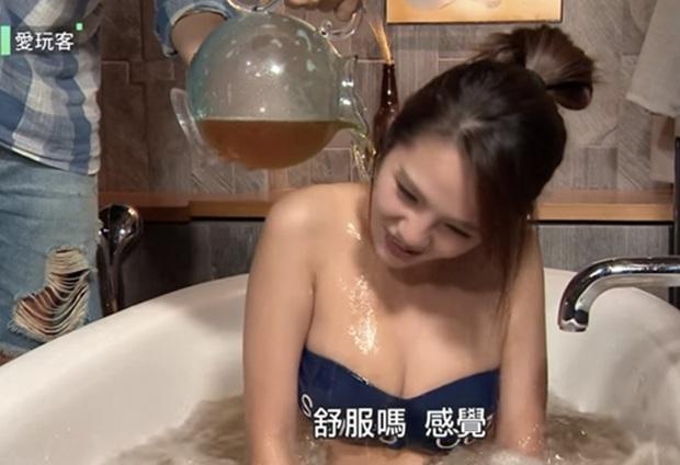 Hai nàng siêu vòng 1 xứ Đài hồn nhiên thả rông tắm bia, để lộ vùng nhạy cảm trên sóng truyền hình - Ảnh 5.