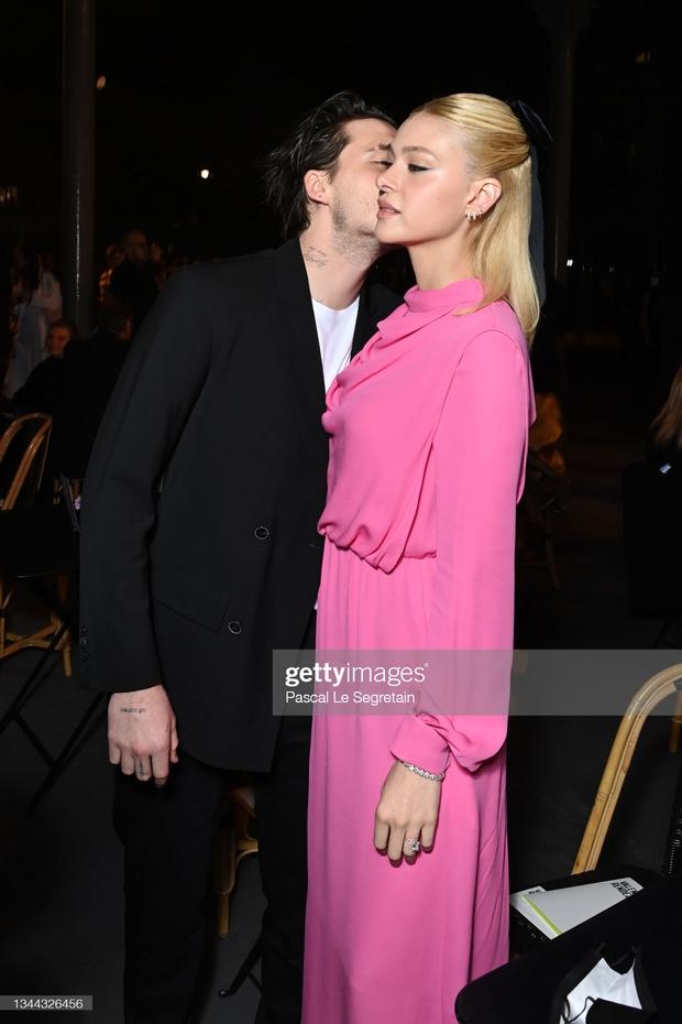 """Cậu cả Brooklyn Beckham hôn bạn gái thắm thiết, nhưng sao đàng gái nhà tỷ phú biểu cảm """"né như né tà"""" thế kia? - Ảnh 2."""