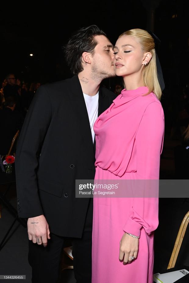 """Cậu cả Brooklyn Beckham hôn bạn gái thắm thiết, nhưng sao đàng gái nhà tỷ phú biểu cảm """"né như né tà"""" thế kia? - Ảnh 3."""