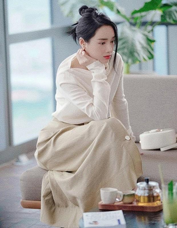1 chiếc bàn - 2 phong cách: Các cô sao Việt đi thưởng trà lên đồ có gì khác mấy cô sao Hàn? - Ảnh 1.