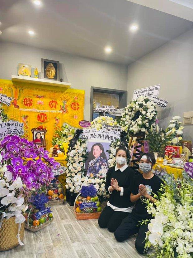 Lễ viếng ca sĩ Phi Nhung ngày 2/10: Nhật Kim Anh đến từ sớm, Hồ Văn Cường lộ rõ tiều tuỵ sau 4 ngày mẹ nuôi qua đời - Ảnh 4.