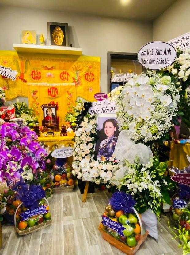 Lễ viếng ca sĩ Phi Nhung ngày 2/10: Nhật Kim Anh đến từ sớm, Hồ Văn Cường lộ rõ tiều tuỵ sau 4 ngày mẹ nuôi qua đời - Ảnh 6.
