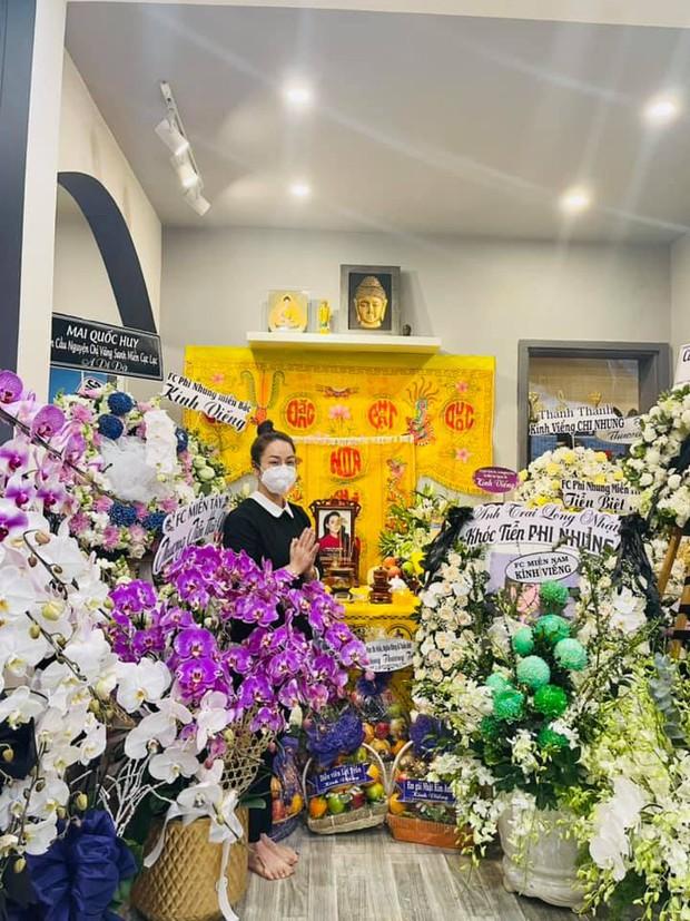 Lễ viếng ca sĩ Phi Nhung ngày 2/10: Nhật Kim Anh đến từ sớm, Hồ Văn Cường lộ rõ tiều tuỵ sau 4 ngày mẹ nuôi qua đời - Ảnh 3.