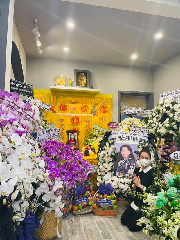 Lễ viếng ca sĩ Phi Nhung ngày 2/10: Nhật Kim Anh đến từ sớm, Hồ Văn Cường lộ rõ tiều tuỵ sau 4 ngày mẹ nuôi qua đời - Ảnh 2.