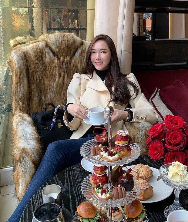 1 chiếc bàn - 2 phong cách: Các cô sao Việt đi thưởng trà lên đồ có gì khác mấy cô sao Hàn? - Ảnh 10.
